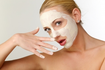 お肌がカサカサした時のスペシャルケアとしておすすめなのが、ニベアクリームの厚塗りパック。ニベアの高い保湿力を生かした顔パックです。  強く塗りこむのではなく、やさしく肌にのせる感じで顔全体にたっぷりと広げてください。10分後、コットンで拭き取りましょう。