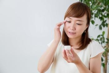 皮膚が薄い目元や口元は、乾燥で小じわが良くできる場所。そこへ寝る前に、米粒大のニベアクリームを軽く塗りこんでみてください。翌日、鏡で確認してみると嬉しい変化があるかもしれません♪