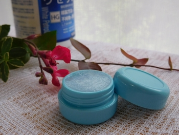 「Vaseline(ワセリン)」とは、自然素材である原油を高純度に精製して作られる保湿剤。肌に塗ることで、外からの刺激やホコリから守ってくれる膜を張ってくれます。このワセリンは「油」なので肌には浸透していきませんが、肌を保護したり水分の蒸発を防ぐことができます。