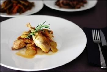 日本では手に入りにくいホロホロ鳥ですが、鶏肉でも代用できます。フライパンで鶏肉を美味しそうな焼き目をつけて焼き上げてから、ローズマリー、白ワイン、玉ねぎを入れてじっくり煮込んで。最後に半分に切ったブドウを入れて、さらに煮込めばできあがり♪