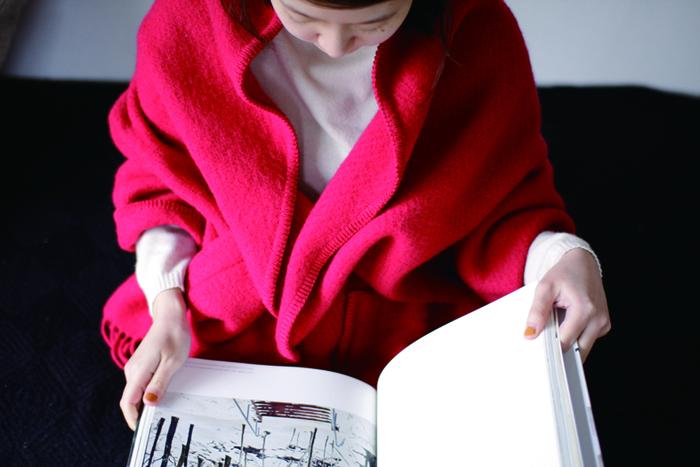 気取らないデザインと機能性を併せ持つショールは、日常の装いに◎。ブランケットをアウター感覚で楽しめるように作られているとあって、ふんわり軽く、とってもあたたか。お部屋の中でも外でも、「寒がりさん」をおしゃれに克服できそう。