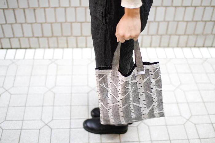 しっかりとした素材と、大人女子だからこそ持ちたくなる可愛いデザインが魅力のバッグ。北欧らしいルックスで、ナチュラルなコーデと実によく馴染みます。リネンやコットン素材のバッグは、ちょっとしたお出かけのときの「もつ」をさりげなく演出してくれますよ。
