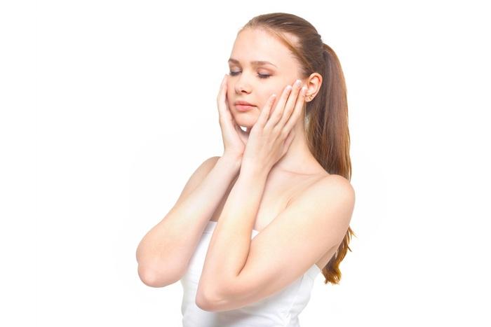 肌荒れにもおすすめのワセリン。バリア機能が弱まり、お肌が敏感気味なときには、手のひらにワセリンを一円玉くらいのせて薄くのばし、それを顔に塗布すると症状がやわらぐことも。また、特に肌の変化が大きい季節の変わり目には、肌を保護するために、米粒大のワセリンを顔全体に伸ばして使うのがおすすめ。