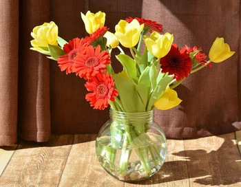 チューリップとガーベラの切り花。それぞれの背丈を考えながら、違う植物と花瓶に飾るのも楽しいですね。
