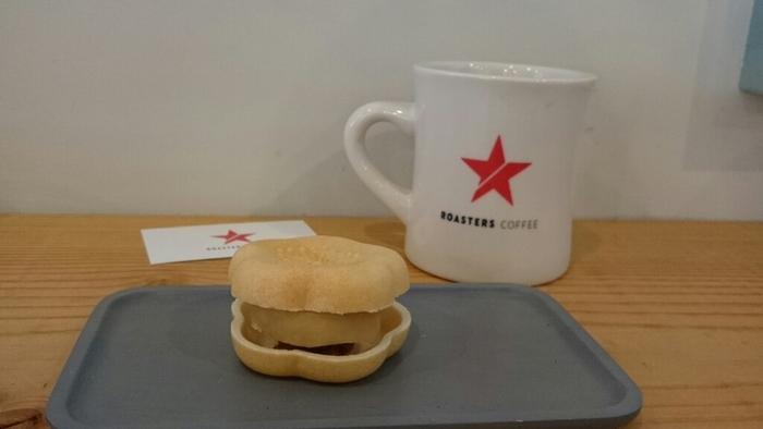 お店の近くにある和菓子店「一吉(ひとよし)」の最中も一緒にいただけます。和菓子にも合うコーヒーはうれしいですよね。