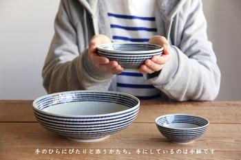 古くから磁器の産地としてにぎわう長崎県の波佐見町。400年以上の歴史があるこのまちでは、人々の生活になじむ食器を作ってきました。古くから培われてきた技術と枠にとらわれないアイデアを組み合わせたのがBAR BAR(馬場商店)の商品。波佐見焼の魅力が余すことなく盛り込まれています。 その中でもこの「藍駒(あいごま)」シリーズは、シンプルで毎日の食卓で大活躍してくれます。