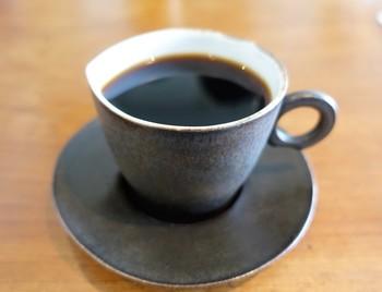注文を受けてから丁寧に淹れられるコーヒーは、インドネシア、スマトラ、アチェ、ガルーダ、マラウイなど産地にこだわった豆を使用。はじめの方は、ご主人にお好みの味を伝えても◎