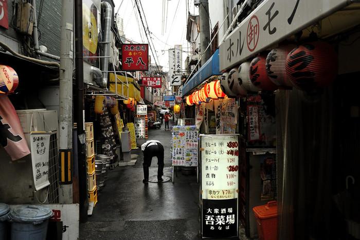 赤提灯の飲み屋街が連なる繁華街、十三。ディープ大阪と呼びたくなる場所です。駅前の雑踏を進み、飲み屋が立ち並ぶ商店街の奥に知る人ぞ知るミニシアター「第七藝術劇場」があります。