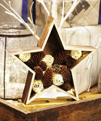 ポップな星型のボックスにナチュラルな松ぼっくりとラタンボールをつめたリズムを感じるオブジェ。スイッチを入れるとラタンボールの中の照明が光ります。スペシャル感があるので、インテリアのポイントになりますよ。