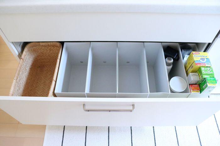 深さのある引き出しは、背の高い調味料やフライパンなどの調理器具の収納に最適です。こちらは高さのある仕切りがあるほうが使い勝手が良くなります。