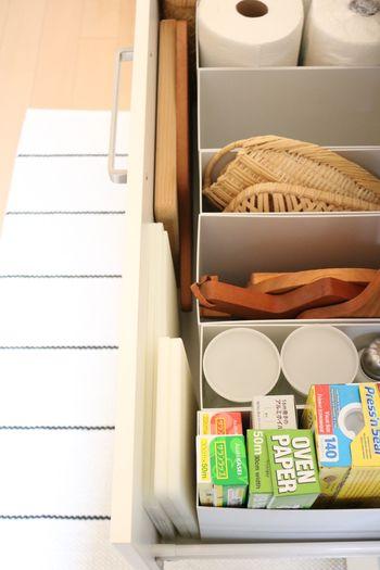 ボックスでできた隙間も有効活用しましょう。カッティングボードやトレイなど狭い隙間のほうが取り出しやすい場合がありますよ。