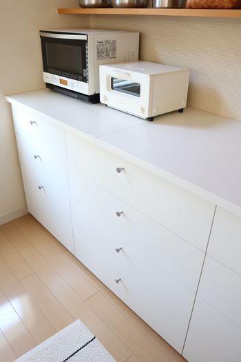 キッチンに収納アイテムを追加するなら、引き出しタイプがおすすめ!引き出しは浅いもの・深いものと何種類かサイズがあればベストです。