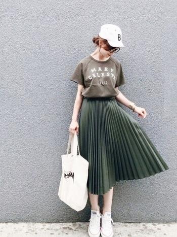 アコーディオンプリーツスカートはスニーカーやTシャツなどのカジュアルアイテムと合わせるのが旬の着こなし。落ち着いたカラーをチョイスすればちゃんと大人見えします。