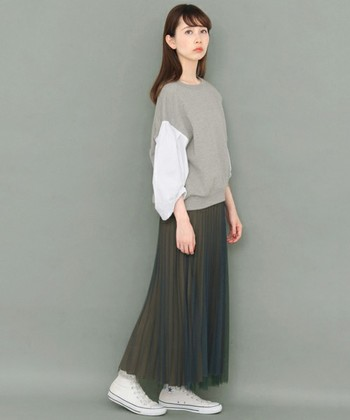 【チュールレース】を使ったプリーツスカートも人気ですよね。そのふんわりとした透け感は柔らかいイメージと女性らしい透明感を出してくれます。ダークカラーを選べば甘さを抑えた着こなしを楽しめますよ。