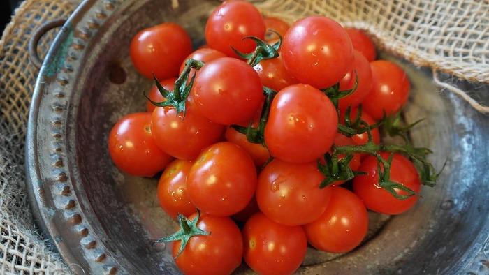 「トマト」 トマトはまるごと冷凍できます。解凍する時、水で洗い流せば皮がするりと剥がれてくれるので楽チン♪そのまま食べるのではなく、スープやソースなどと一緒に煮て使うと良いでしょう。