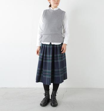 """広めのプリーツでふんわりとしたトラディショナルチェックのスカート。コーディネートアイテムもシックにまとめれば""""大人トラッド""""の完成です。"""