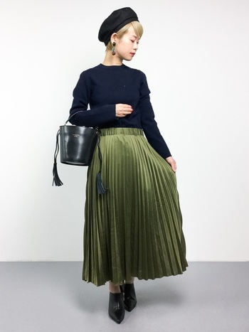 こちらはちょっぴり華やかクラシカル♪光沢感たっぷりのプリーツスカートは秋冬のダークでマットな印象をパッと明るくしてくれます。