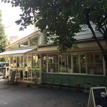 井の頭公園内にある、グリーン×ホワイトを基調とした可愛らしい建物。 こちらの「カフェ・ドゥ・リエーブル うさぎ館」は、 フランスの田舎風の美味しいガレットとワイン、クレープがいただけるオープンカフェテリアです。