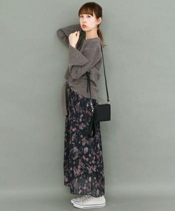 レトロなフラワープリントが施されたシフォンプリーツスカート。色柄は秋冬カラーですが、素材の軽さがニットなど重めなアイテムとベストマッチです。