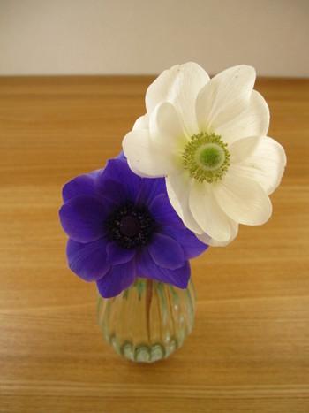 存在感がある花は一輪挿しなど、1~3本で十分楽しめます。