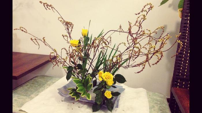 スイセンを使った生け花。凛とした花が引き立ちますね。
