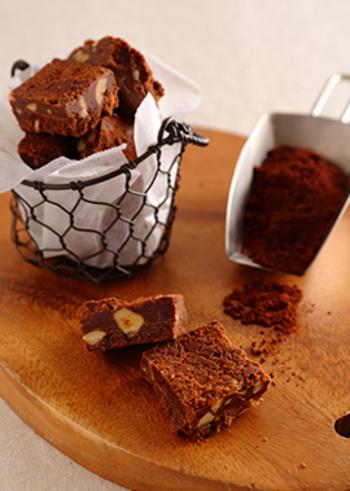 一見ブラウニーのようにも見えますが、小麦粉などは一切使われていません!ココアを使ったチョコレート菓子です♪マカダミアナッツの風味とファッジならではの食感のハーモニーを楽しんでみましょう。