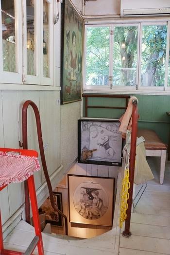 店内には画家の吉田キミコさんの作品が並び、プチギャラリーとなっています。 シャビーなインテリアに絶妙にマッチする、独特の世界観ですね。