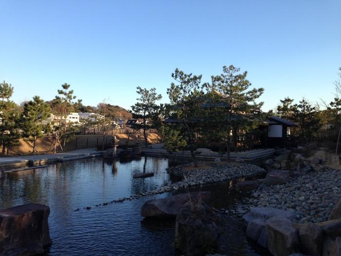 日本庭園や芝生広場もある二子玉川公園は、多摩川の水辺に囲まれ、とても自然豊かな公園です。