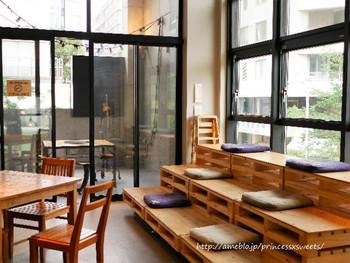 2階建ての店内には色んな形の席があるので、どの席に座るのかもまた楽しみです。 ガラス張りなので、どこに座っても緑が感じられるのも嬉しいポイント。