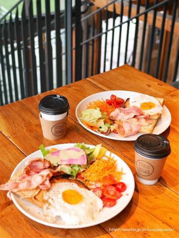 トースト、目玉焼き、ベーコン、レタスサラダ、キャロットラペが乗ったスペシャルモーニングプレートを食べれば、朝から笑顔がこぼれますね。
