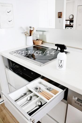 こちらのキッチンでは、IHコンロの左側の白い壁が、拭き取っても跡が残りやすくモヤモヤと気になっていたそうです。ここに、リメイクシートを貼ることに。