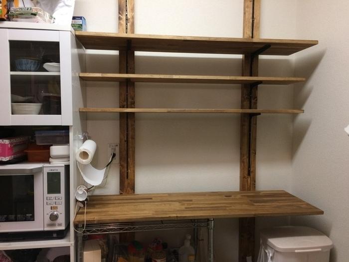 棚板は裏側にブランケットをとりつけて、棚柱に固定するだけ。これで完成です♪  この棚柱は、カンタンに棚が取り付けできるので、近年DIY好きの方々に大人気!こんな立派な棚を、ほとんど釘も使わずに作ることができるなんてオドロキですよね。棚板を好きな高さに移動しやすいのもおすすめ♪