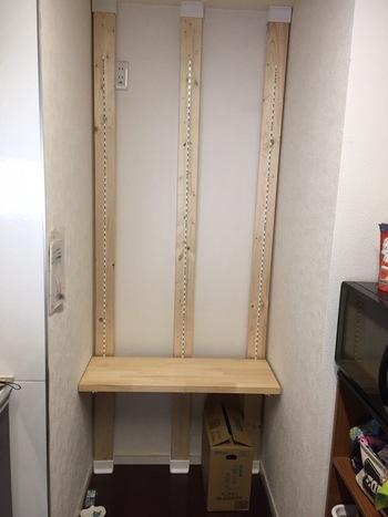 こちらは「ディアウォール」というツール(柱板の上下についている白いパーツ)で柱を建てています。手順は、アジャスターのときとほとんど同じ。