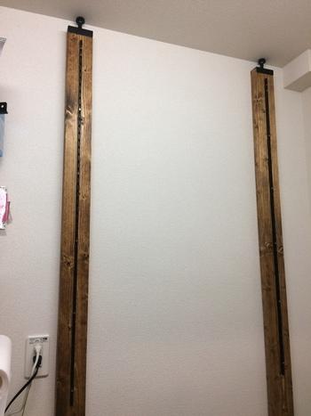 棚板を設置するためのレール(棚柱)を取り付けたら、いよいよ柱を建てます!天井と床を突っ張るためのアジャスターネジを板材に取り付けて固定。