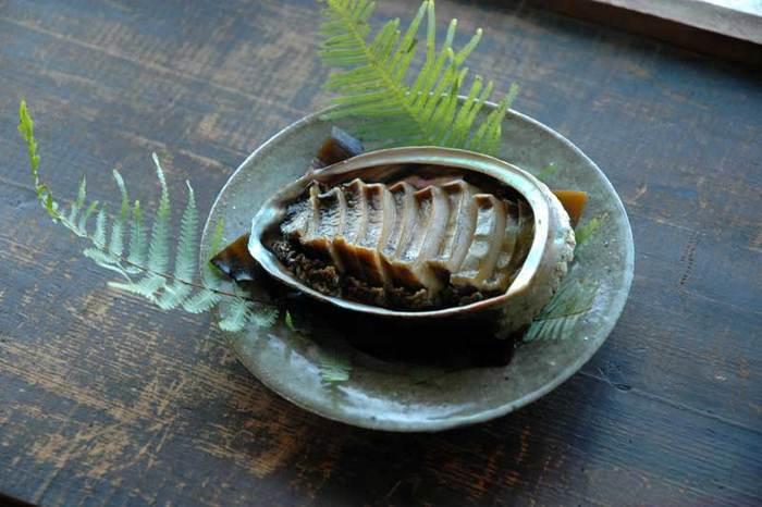 家の食卓にアワビが並んだら、とってもぜいたく。作り方は簡単ですが、3時間ほど蒸すので時間がかかります。お湯の量だけ気をつけていれば、蒸している間は他の料理の準備をすることもできますね。
