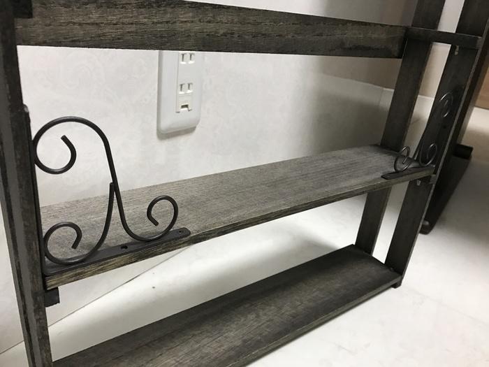 半分に切ったすのこは、両サイドに。木板をネジで固定して棚板にすれば出来上がり♪とっても簡単ですね!アイアンのL字金具を取り付ければ、おしゃれにゆがみ防止ができますよ。