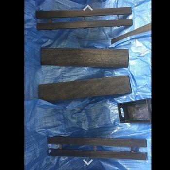 木板をイメージする棚の幅に切りましょう。桐のすのこは半分に切り、好きな色のオイルステインを塗ります。