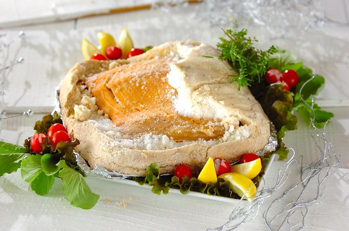 かたく泡立てた卵白と塩、ハーブを混ぜ、サーモンのまわりを包み込んでオーブンで1時間ほど焼き上げます。オーブンにおまかせで簡単なのに、華やかになる一品は、パーティー気分を盛り上げてくれますね。