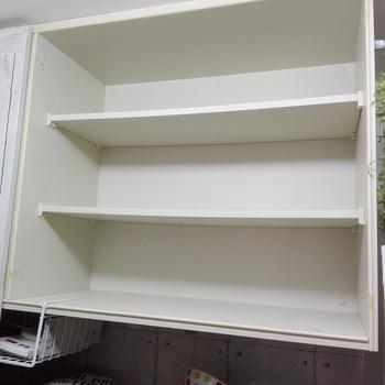 こちらは、キッチン戸棚の扉を外し、内側をリメイクシートにしておしゃれな棚にバージョンアップさせる作戦です。