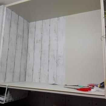 棚板と金具を一度すべて外してから、ていねいにシートを貼っていきます。貼る時は、下地に霧吹きで霧を吹き、水分とともに空気を押し出していくと、気泡が入らずきれいに仕上がりますよ。