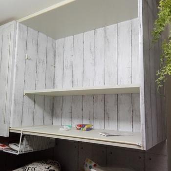すべて貼り終えたら棚板を戻します。こちらで使ったのはダイソーの「板壁風リメイクシートシャビーホワイト」。これなら手軽に手に入りますね♪