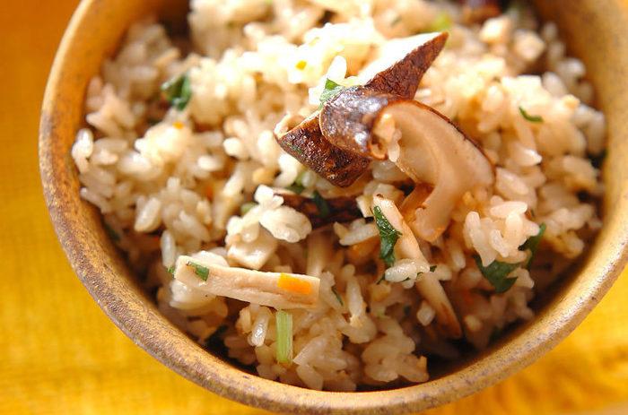 秋を代表するごちそうと言えば「松茸ご飯」。こちらのレシピでは、モチ米と混ぜてモチモチ感アップ。コクがでる油揚げと人参も入れてより美味しくいただけます。炊いている間の香りもごちそうですね。
