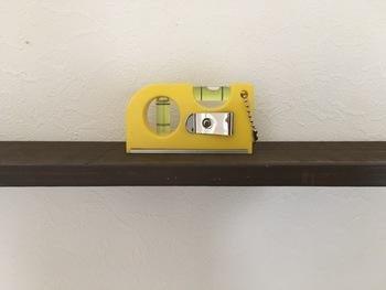 棚柱で固定するわけではないので水平になるようご注意を!水平器(板などが水平になっているかを確かめる道具)があると便利です。