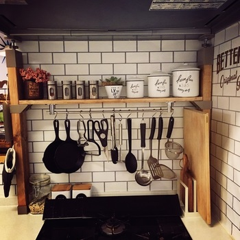 柱をつくるときに使った上下に突っ張るアイデアは、キッチン台上のコンロ周りに設置するのもおすすめ。パーツでガッチリ固定しているので、重みのあるスキレットや調理金具を引っかけたり、キャニスターを置いても安定感が抜群です♪