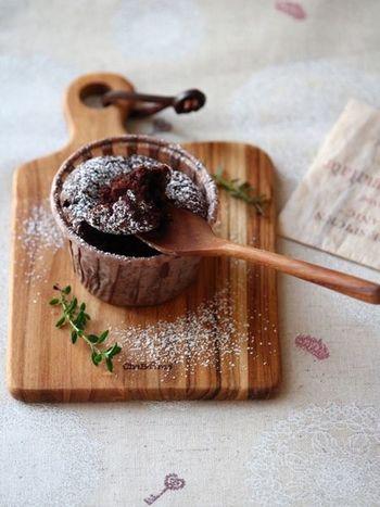 世界中のほとんど誰もが大好きなガトーショコラ。バニラアイスや焼いたフルーツ、ホイップクリームとの相性も抜群です。  こちらのレシピは、薄力粉不使用で生焼けでも安心。カップで焼くので膨らまなくても気になりません。