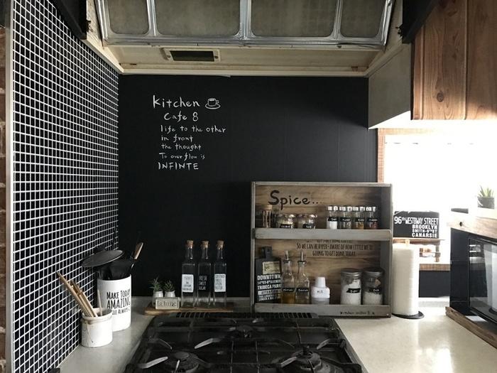 手づくりのスパイスラックや、タイル風の壁などDIYのアイデアを駆使したコンロまわり。黒板風塗料を塗った板は、カフェの雰囲気いっぱい♪少しずつ、お気に入りのアイデアでキッチンをかわいくしていくのもいいですね。