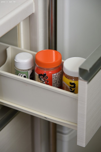 調味料をお揃いの保存容器に詰め替えるとすっきりきれいに見えますが、詰め替えの度にこまめに洗って乾燥させる手間もかかります。さらに、容器によっては湿気やすくなってしまう場合も。元々調味料が入っている容器や袋は乾燥しにくいというメリットがあるんですよ。