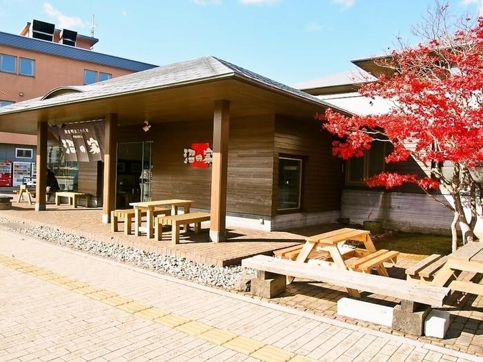 大沼公園駅すぐそばにある「沼の家」では、名物「大沼だんご」が販売されています。100年以上も前から愛されている、ここでしか買うことのできない大沼の名物です。
