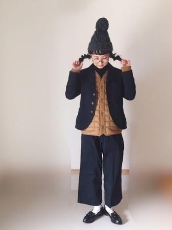 薄手のダウンベストなら、コンパクトなジャケットに重ねてもオシャレ。全身同系色のコーデに差し色として使ってもステキです。