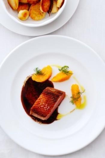 おうちでフレンチレストラン気分♪ オレンジと鴨肉は、フランスで定番の食べ方です。鴨は、皮目から弱火で20分ほどじっくりじっくり焼き上げるのがコツ。焼き上げたあとは、アルミホイルで包んで1時間ほど寝かせると肉汁がしっとり落ち着きます。薄くスライスしてサーブすると食べやすいですね。